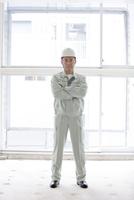 建設現場に立つ男性作業員
