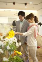 花を選ぶカップル