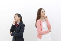 考え事をする母親と娘