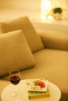 テーブルに置かれたワインとおつまみ