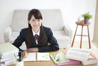 勉強している女子校生