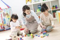 おもちゃで遊ぶ園児と保育士