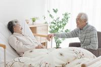 話をしている中高年夫婦