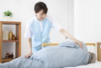 女性介護士とシニア男性