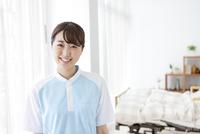 笑顔の女性介護士