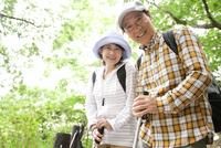 トレッキングをする中高年夫婦