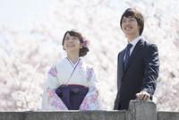 桜と笑顔の大学生2人