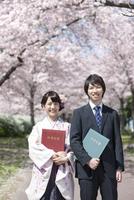 卒業証書を持つ大学生2人 07800048690| 写真素材・ストックフォト・画像・イラスト素材|アマナイメージズ