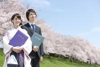 卒業証書を持つ大学生2人