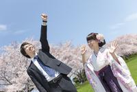 手を挙げる大学生2人