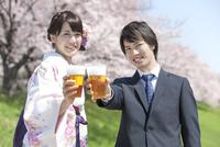 ビールで乾杯する大学生2人