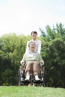 車椅子に乗るシニア女性と介護士