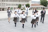 屋上を走る高校生と先生