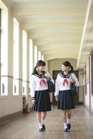 歩きながら話をする女子校生2人