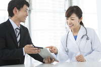 女医とビジネスマン 07800049535| 写真素材・ストックフォト・画像・イラスト素材|アマナイメージズ