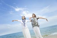 海辺にいる女性2人