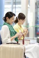 スマートフォンを操作する女性2人