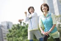 準備体操をする中高年女性2人