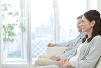 笑顔で座るシニアカップルの横顔
