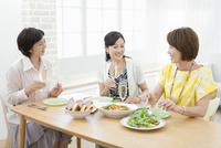 ホームパーティーをする中高年女性3人