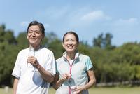 笑顔のスポーツウェアを着たシニア夫婦