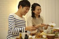 夕食をとる夫婦