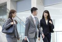 歩くビジネスグループ3人