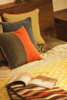 ベッドに置かれたクッション