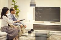 テレビを見る中高年夫婦