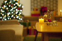 テーブルの上のクリスマスオーナメント 07800052360| 写真素材・ストックフォト・画像・イラスト素材|アマナイメージズ
