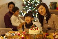 クリスマスパーティーを楽しむ4人家族