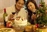 クリスマスパーティーを楽しむカップル