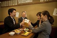 ビールで乾杯するビジネスマン4人 07800053001| 写真素材・ストックフォト・画像・イラスト素材|アマナイメージズ