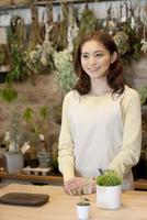 笑顔の女性店員