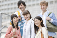 笑顔の大学生5人