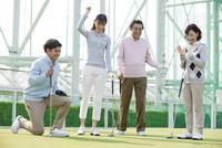 ゴルフをする家族4人