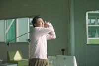ゴルフをする熟年男性