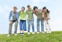 笑顔で肩を組む若者5人 07800053593| 写真素材・ストックフォト・画像・イラスト素材|アマナイメージズ