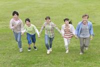 手をつないで走る若者5人 07800053615  写真素材・ストックフォト・画像・イラスト素材 アマナイメージズ