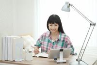 部屋で勉強している女の子 07800053663  写真素材・ストックフォト・画像・イラスト素材 アマナイメージズ