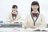 授業を受ける女子校生