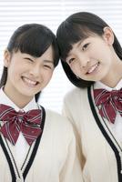 笑顔の女子校生2人 07800053720  写真素材・ストックフォト・画像・イラスト素材 アマナイメージズ