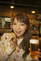 ビールを飲む女性 07800053970| 写真素材・ストックフォト・画像・イラスト素材|アマナイメージズ