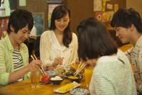 居酒屋で食事をする若者4人 07800053989| 写真素材・ストックフォト・画像・イラスト素材|アマナイメージズ