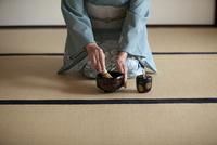 お茶を点てる中高年女性の手元 07800054052| 写真素材・ストックフォト・画像・イラスト素材|アマナイメージズ