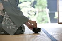 お茶を点てる中高年女性の手元 07800054103| 写真素材・ストックフォト・画像・イラスト素材|アマナイメージズ