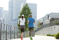 ジョギングをする中高年カップルの後姿 07800054153| 写真素材・ストックフォト・画像・イラスト素材|アマナイメージズ