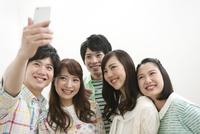 記念写真を撮る若者5人