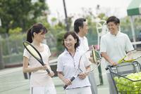 テニスコートで話す男女4人 07800054240| 写真素材・ストックフォト・画像・イラスト素材|アマナイメージズ