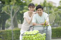 テニスをするカップル